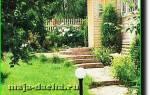 Лестница в саду на склоне